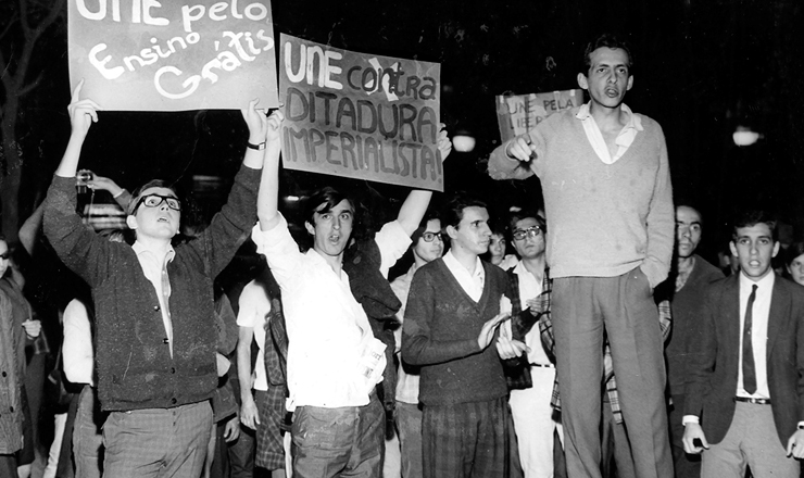 <strong> Lu&iacute;s Travassos faz com&iacute;cio-rel&acirc;mpago</strong> no encerramento do 29&ordm; Congresso da UNE, quando foi eleito presidente da entidade, em 1967&nbsp;