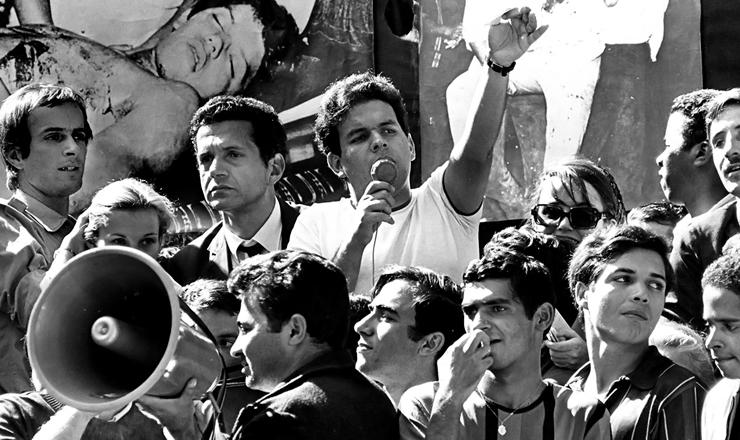 <strong> Vladimir Palmeira discursa </strong> em manifestação de estudantes noRio de Janeiro, em 4 de julho de 1968