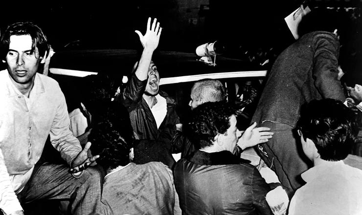 <strong> José Dirceu </strong> (esq.) na passeata de protesto pela morte de Edson Luís, em São Paulo, em abril de 1968