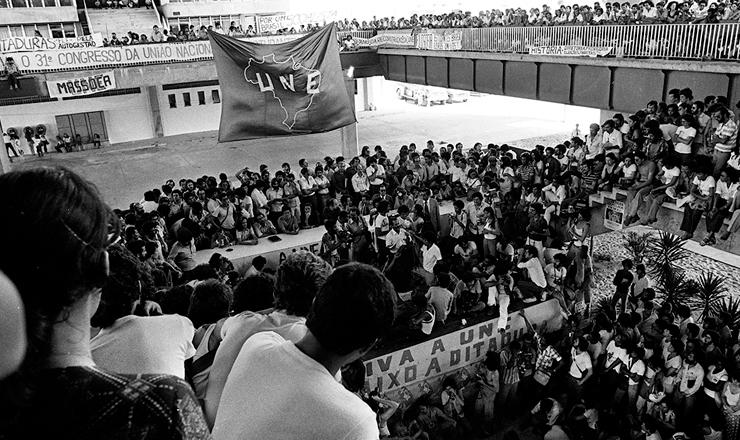 <strong> Sessão do 31º Congresso da UNE,</strong> em Salvador, em maio de 1979, quando a entidade começa a retomar se reorganizar
