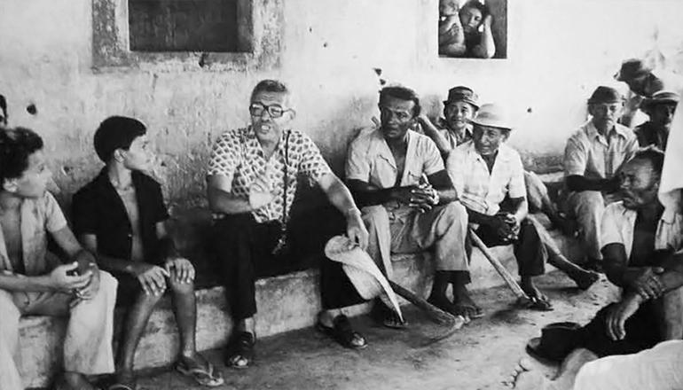 <strong> Dom Pel&eacute; e camponeses </strong> reunidos em Alagamar, regi&atilde;o em que viviam e trabalhavam 400 fam&iacute;lias de lavradores