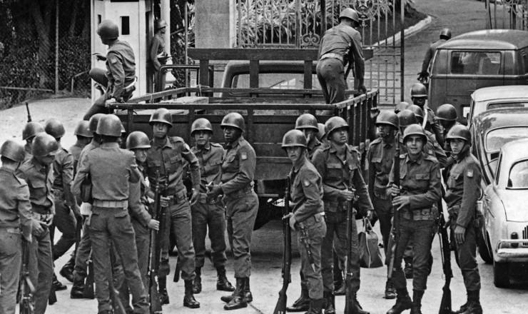 <strong> Tropas cercam</strong> o Pal&aacute;cio Guanabara, no Rio de Janeiro, ap&oacute;s a decreta&ccedil;&atilde;o do Ato Institucional n&ordm; 5  &nbsp;