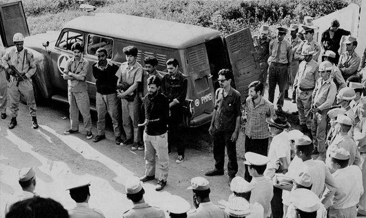 <strong> Guerrilheiros presos </strong> na serra do&nbsp;Capara&oacute;, liderados por militares cassados ligados ao MNR