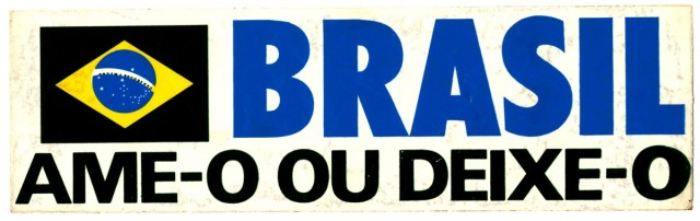 """Adesivo de campanha do governoque """"copia"""" slogan norte-americano favorável à Guerra do Vietnã"""