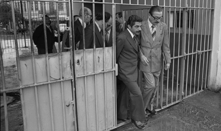 <strong> O senador Teotônio Vilela </strong> (à dir.) chega ao presídio Milton Dias Moreira, no Rio, para visita aos presos políticos, em 11 de julho de 1979