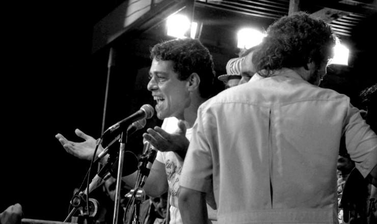 <strong> Chico Buarque na Candel&aacute;ria, </strong> no Rio, em com&iacute;cio que reuniu 1 milh&atilde;o de pessoas no dia 10 de abril