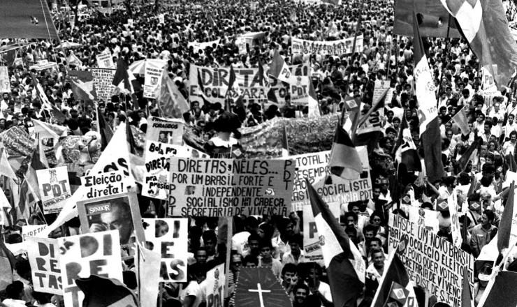<strong> Populares lotam as ruas </strong> do centro do Rio no dia do com&iacute;cio da Candel&aacute;ria&nbsp;
