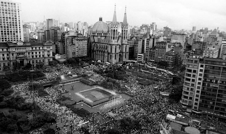 <strong> Com&iacute;cio na pra&ccedil;a da S&eacute;,</strong> em S&atilde;o Paulo, que teve a participa&ccedil;&atilde;o de 300 mil pessoas, em 25 de janeiro