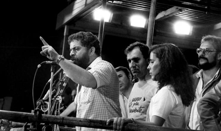 <strong> Lula no palanque da Candel&aacute;ria, </strong> observado pelo narrador Osmar Santos (atr&aacute;s) e o ator Jos&eacute; Wilker (ao fundo)&nbsp;
