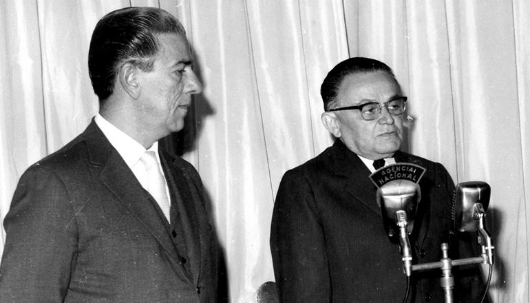 <strong> &nbsp;Castelo Branco sanciona</strong> a Lei Antigreve acompanhado de Arnaldo Sussekind, ministro do Trabalho e Previd&ecirc;ncia Social, 1&ordm; de junho de 1964