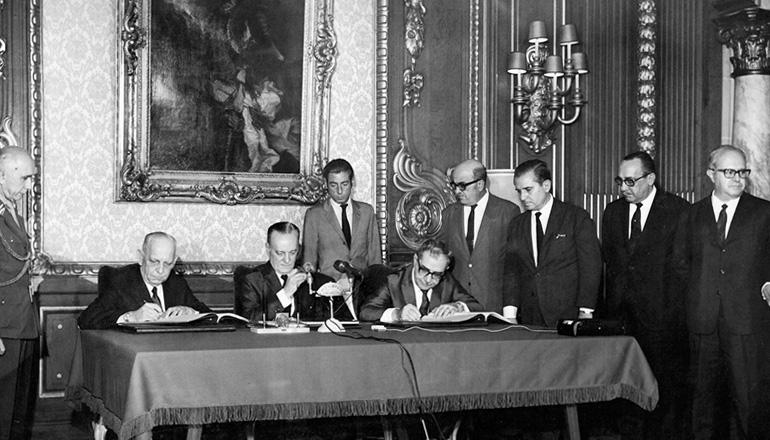 <strong> Junta Militar promulga a Constitui&ccedil;&atilde;o</strong> no Pal&aacute;cio Laranjeiras, no Rio de Janeiro, em 17 de outubro de 1969&nbsp;