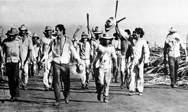 <strong> Boias-frias marcham em Guariba,</strong> tendo &agrave; frente o l&iacute;der Aderval Alcides (com chap&eacute;u na m&atilde;o)