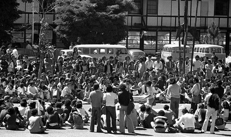 <strong> Estudantes reunidos </strong> em assembleia no campus da UnB  &nbsp;