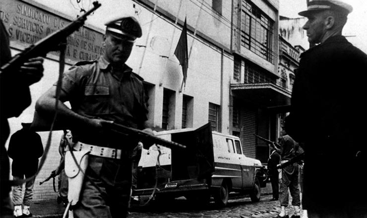<strong> Polícia invade o Sindicato</strong> dos Portuários de Santos (SP), em abril de 1964