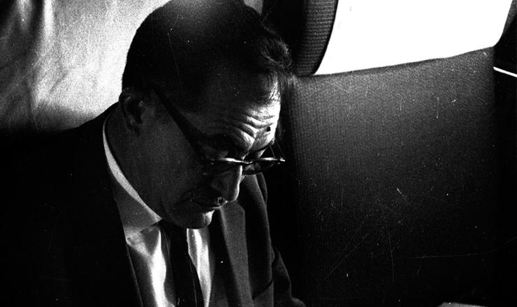 <strong> O ex-governador Miguel Arraes</strong> no voo Paris-Argel, a caminho do exílio na Argélia