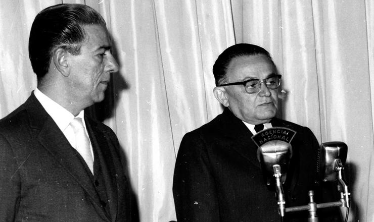 <strong> Castelo Branco sanciona a Lei Antigreve </strong> acompanhado de Arnaldo Sussekind, ministro do Trabalho e Previdência Social, 1º de junho de 1964