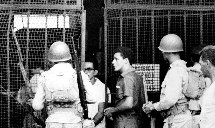 <strong> Exército reprime greve </strong> convocada pelo Sindicato dos Portuários do Rio de Janeiro pelo enquadramento salarial da categoria, em fevereiro de 1966