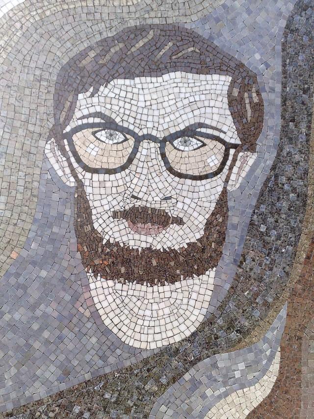 Mosaico em placa de homenagem aHonestino Guimarãesna Universidade de Brasília