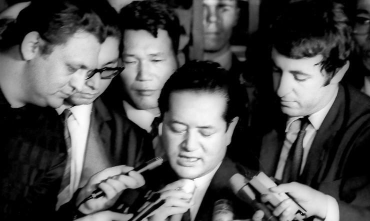 <strong> O cônsul japonês</strong> Nobuo Okushi dá entrevista após ser libertado pelos sequestradores
