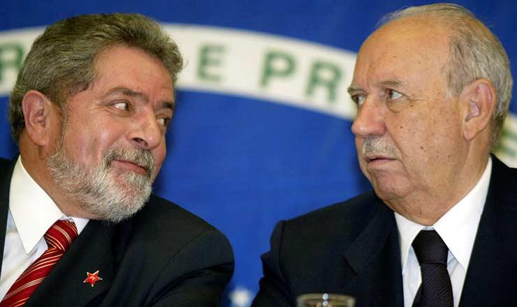 <strong> Luiz Inácio Lula da Silva e José Alencar </strong> durantea primeira entrevista coletiva à imprensa após a divulgação dos resultados eleitorais, em São Paulo
