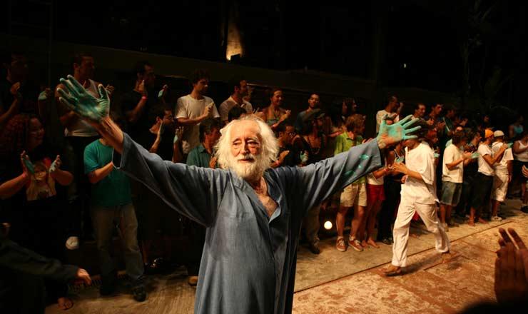 """<strong> José Celso Martinez Corrêa interpreta </strong> Antônio Conselheirona montagem de """"A Terra"""", no Teatro Oficina"""