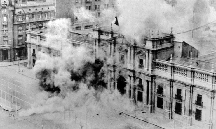 <strong> O Pal&aacute;cio de La Moneda</strong> &eacute; bombardeado no dia do golpe militar que derrubou o presidente Salvador Allende