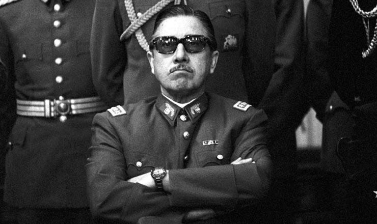 <strong> O general Augusto Pinochet </strong> (sentado), l&iacute;der do golpe de Estado em 1973 que ficou &agrave; frente da ditadura militar at&eacute; 1990