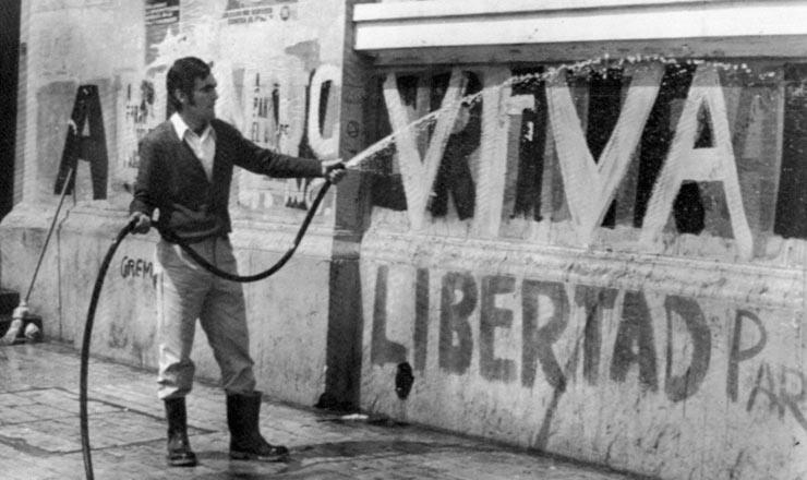<strong> Picha&ccedil;&otilde;es do per&iacute;odo Allende </strong> s&atilde;o eliminadas depois do golpe militar das paredes da Universidade do Chile, em setembro de 1973