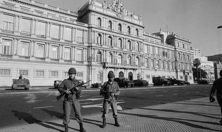 <strong> Soldados do Ex&eacute;rcito </strong> em frente &agrave; Casa Rosada, sede do governo argentino, no dia do golpe que dep&ocirc;s Isabelita Per&oacute;n&nbsp;