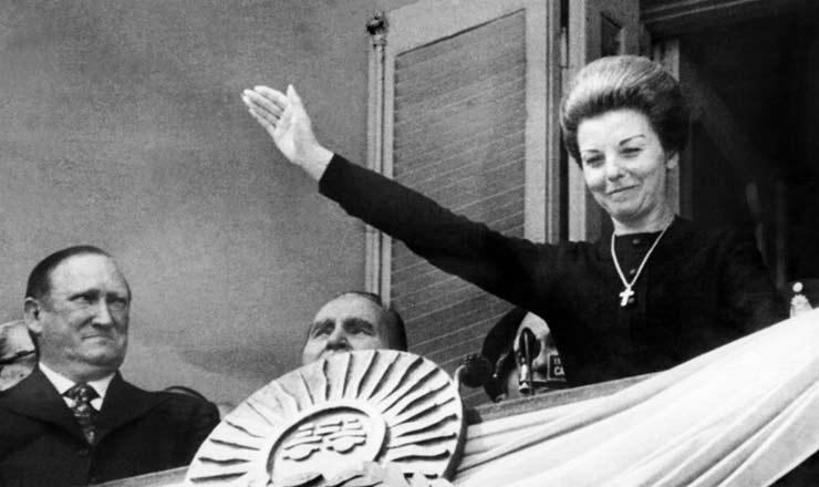<strong> Isabel Martinez de Per&oacute;n,</strong> &nbsp;mulher, vice e substituta de&nbsp;Juan Domingo Per&oacute;n na Presid&ecirc;ncia da Argentina, que ocupou entre julho de 1974 e mar&ccedil;o de 1976&nbsp;