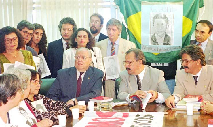 <strong> O ministro da Justiça, Nelson Jobim,</strong> junto com seu secretário José Gregori (à esquerda) e o deputado Nilmário Miranda (à direita), se reúne com a comissão de familiares de desaparecidos