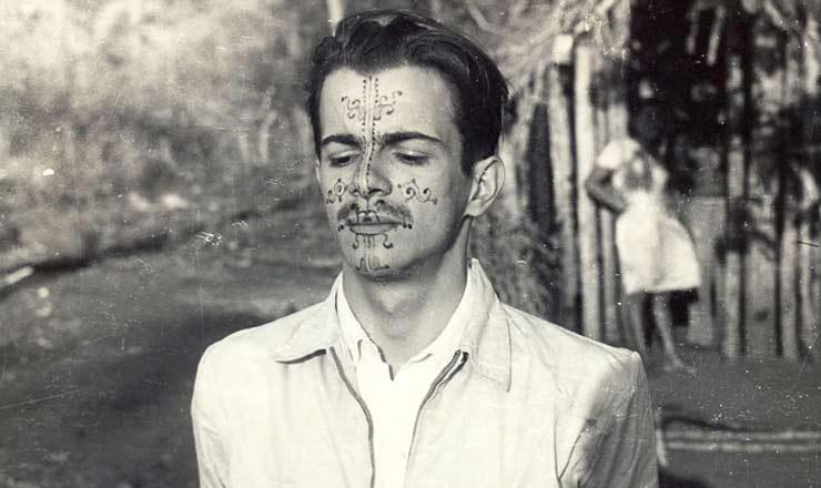 <strong> Darcy Ribeiro na década de 1940,</strong> com rosto pintado por índios kadiwéu, grupo indígena estudado pelo antrópologo