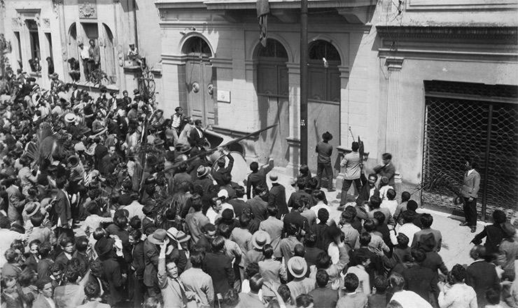 <strong> Queda da &ldquo;Bastilha do Cambuci&rdquo; </strong> (S&atilde;o Paulo): estudantes invadem delegacia onde eram encarcerados os inimigos do regime deposto e libertam presos