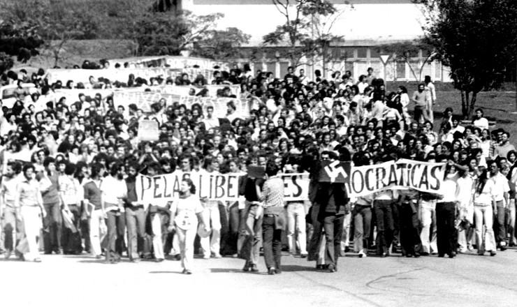 <strong> Passeata deixa o campus</strong> da USP em dire&ccedil;&atilde;o ao largo de Pinheiros